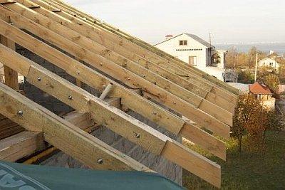 крыша с карнизом со свесом стропильных ног