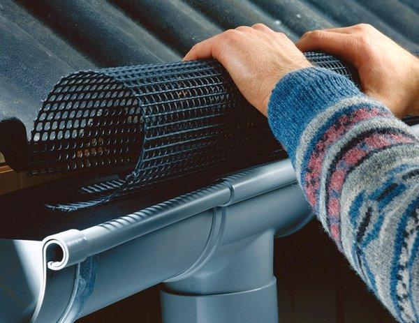 установка защитной сетки на желоб