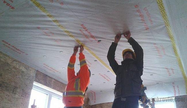 как стелить на потолке