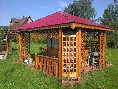 шатровая крыша на деревянной беседке