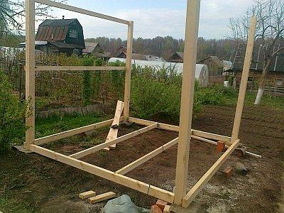 строительство деревянных опор для беседки