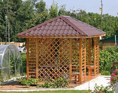 деревянная беседка с четырехскатной крышей