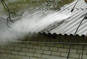 мойка шиферного покрытия водой