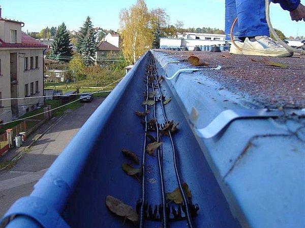 Установка сливов на крышу своими руками